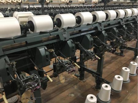染色糸の巻き取り作業