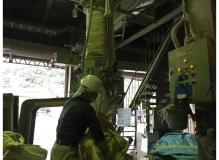 工場内で飼料の袋詰作業、40歳以上も多数採用実績あり