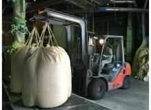 フォークリフトを使用しての製品運搬