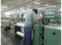 倉敷の地場産業の繊維を織る機械操作(動画有り)