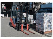フォークリフトによる運搬と入出庫作業