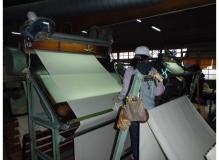 倉敷の地場産業である帆布生地の検査
