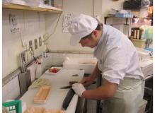 スーパーでのお魚の調理・接客業務(動画有り)