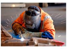 有名建設機材メーカーでの半自動溶接作業