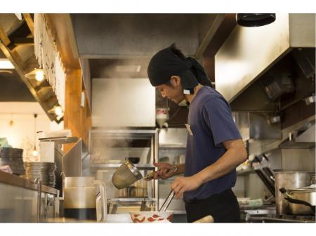 働きながらスキルを身に付ける!人気ラーメン店のキッチン・ホール正社員