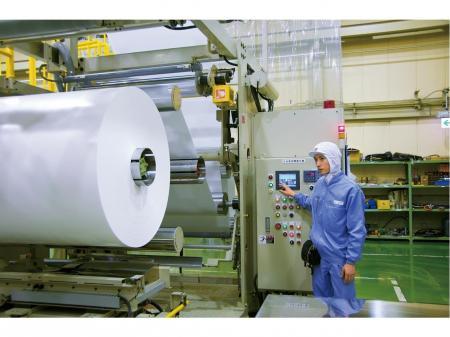 大手メーカー勤務!正社員採用!食品容器製造の機械オペレーター ※未経験スタートOKの工場内作業※