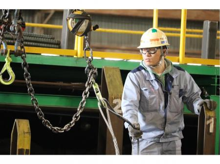 倉庫内での鉄筋の出荷作業