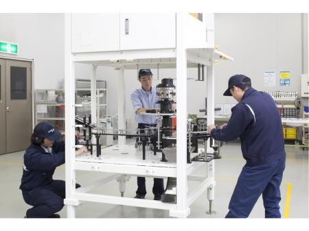 快適な職場で男女が活躍できる部品の加工や組立