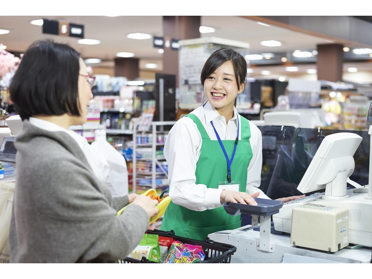 スーパーマーケットでの日勤レジスタッフ