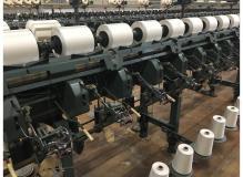 定着率抜群の染色糸の巻き取り作業