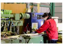 女性活躍中の木材加工のサポートスタッフ