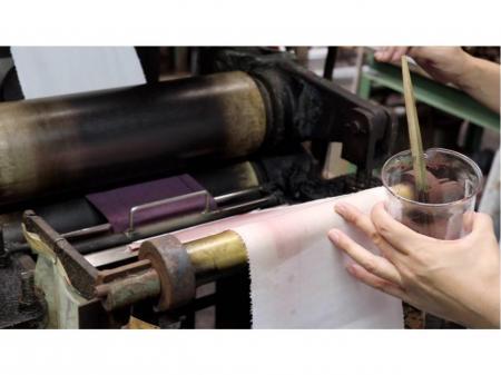 布を染めてサンプルを作る作業