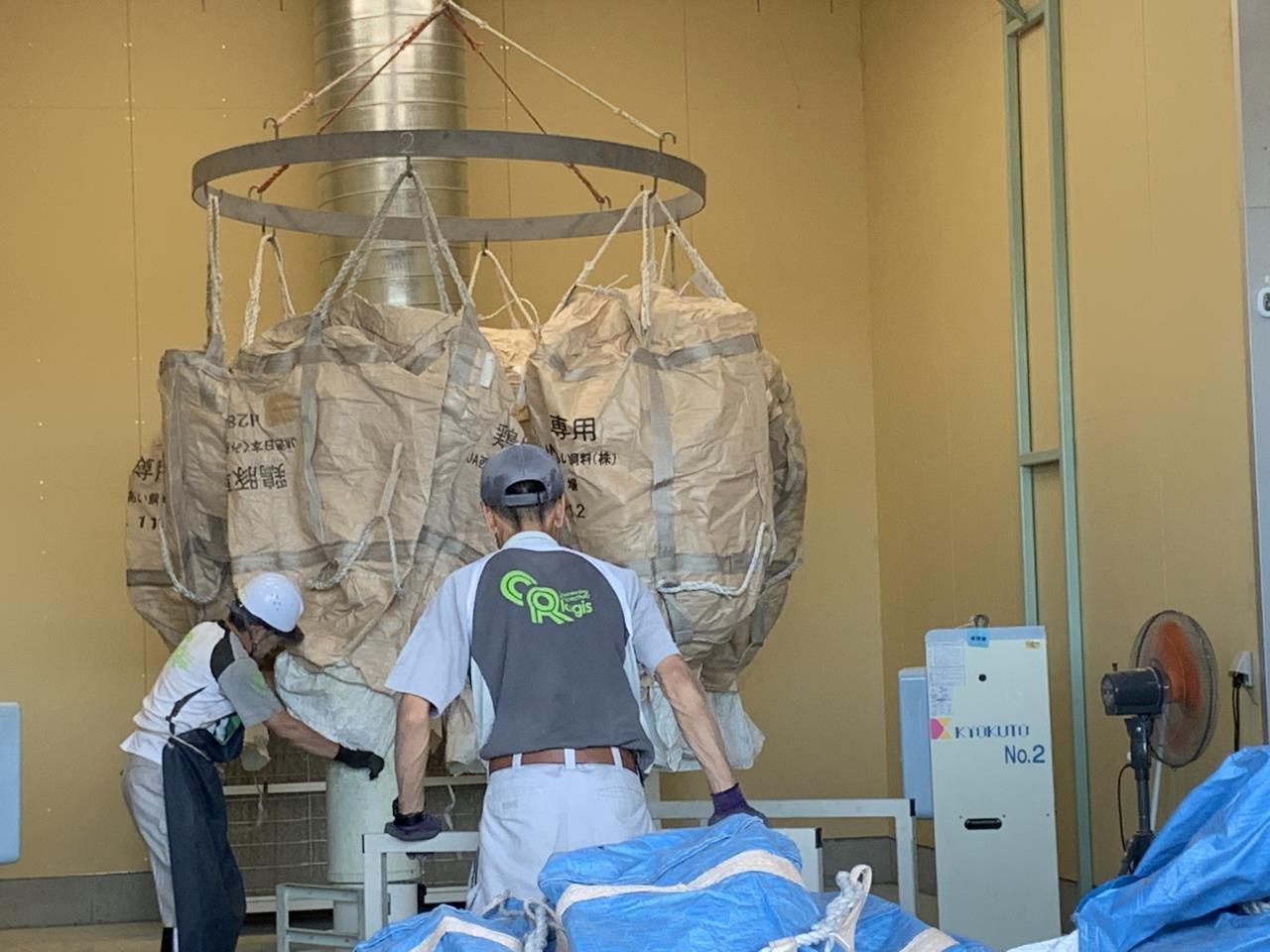 袋を再利用するための軽作業