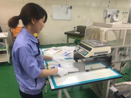 男女共に活躍中!正社員前提の印刷物の加工・検査業務(動画有り)
