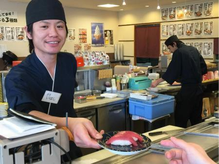 回転寿司店でのホール、キッチンスタッフ