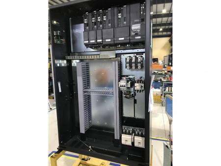 エアコン完備の制御盤組立作業