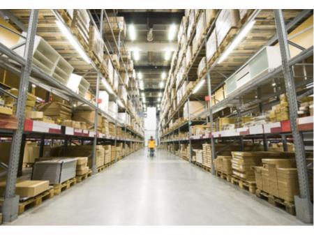 アパレル商品を取り扱う倉庫でのリーチリフト作業者