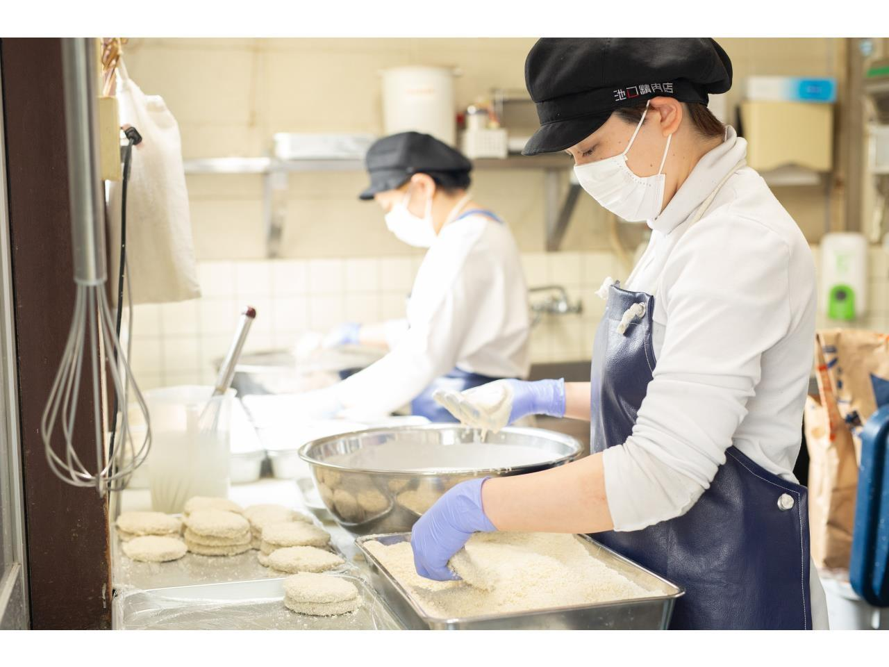人気精肉店での販売やお惣菜の製造