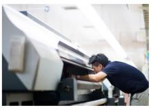 大型印刷機のオペレーター(材料補充と簡単な製品検査含む)