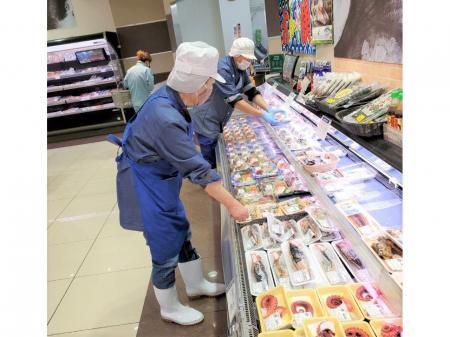 スーパー内でのお魚パック詰め作業