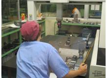 自動車部品工場での3次元測定機を使用した品質検査作業