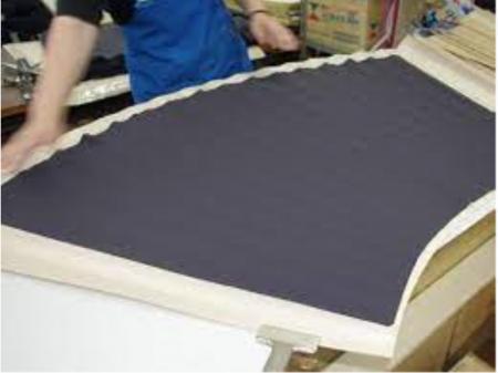 スカートに型紙で折り目を付ける作業