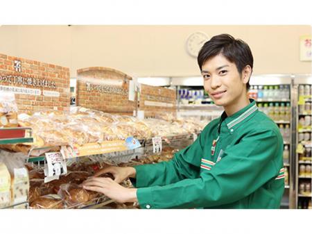 働き方改革推進中のコンビニ店での正社員スタッフ