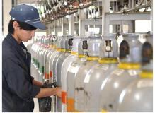 未経験からのチャレンジを応援 容器へガスを入れる作業